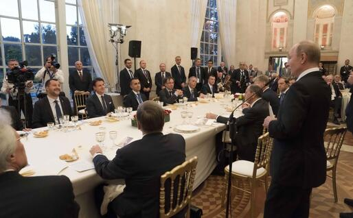 Un'altra immagine di quella cena (Ansa)