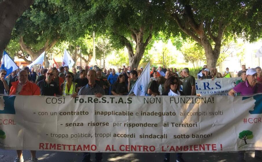 una protesta dei dipendenti forestas (archivio l unione sarda)