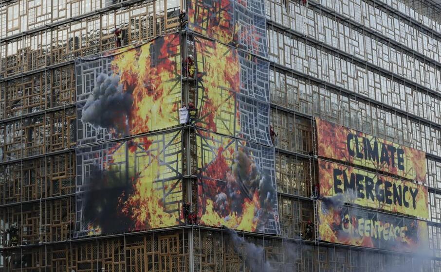 bruxelles greenpeace brucia il palazzo del consiglio ue