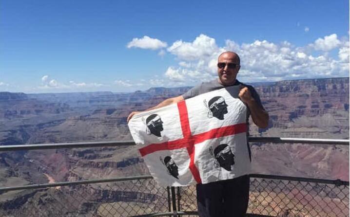 efisio spanu da pula in posa con la bandiera sarda al grand canyon negli stati uniti