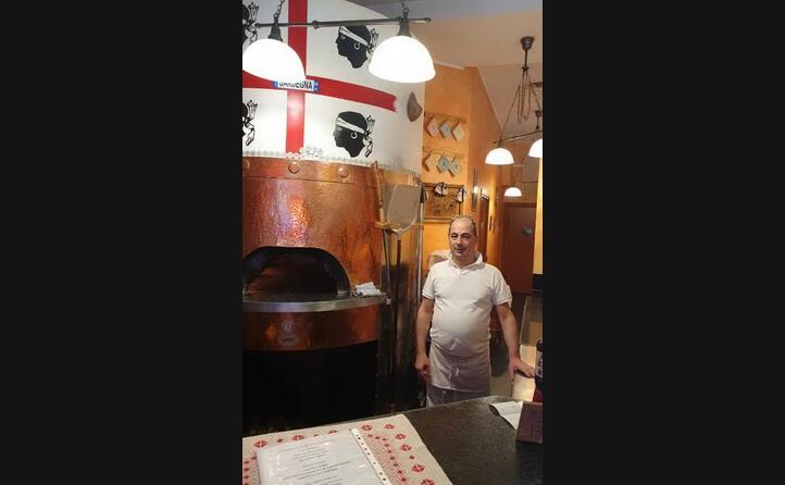 gianni mugheddu da samugheo oggi a milano davanti al forno brandizzato con i quattro mori