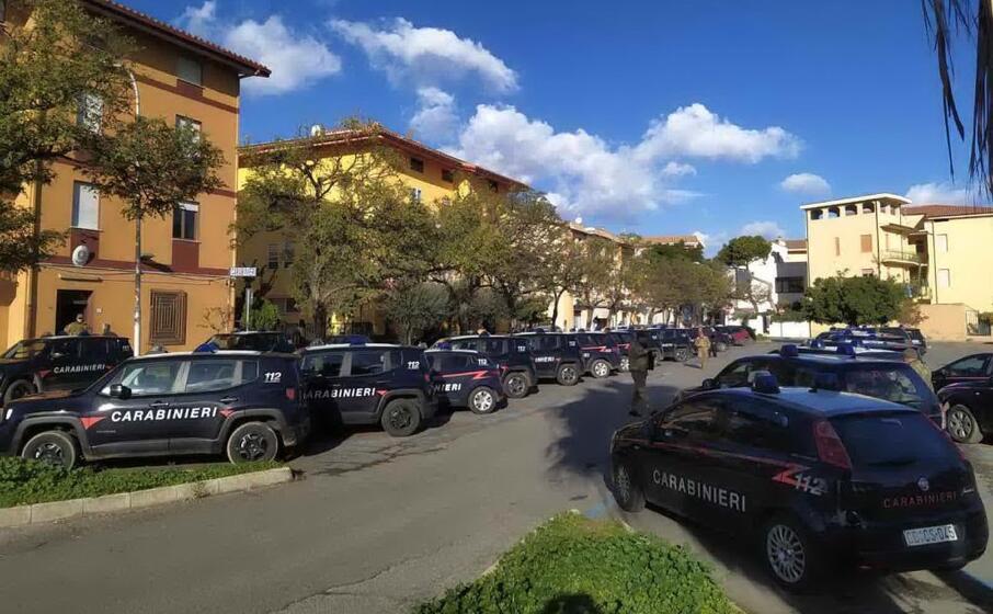il dispiegamento di mezzi davanti alla caserma di via cedrino (foto secci)