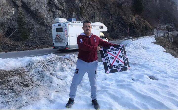 la bandiera sarda sulla neve tedesca a reit im winkl in baviera lo scatto di gianni zuddas di arbus