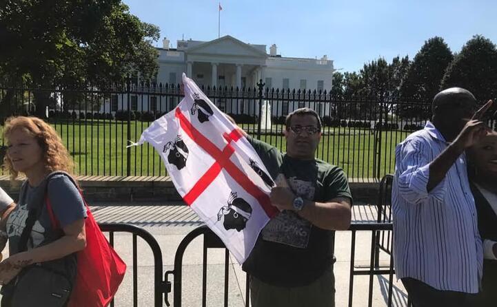 la bandiera sarda sventola davanti alla casa bianca (di roberto angioni residente in svizzera e originario di quartu)