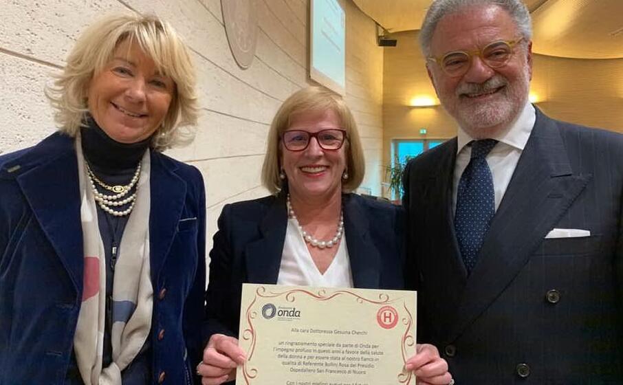 la dottoressa cherchi (al centro) premiata per l impegno profuso a favore dell associazione onda (foto ufficio stampa)