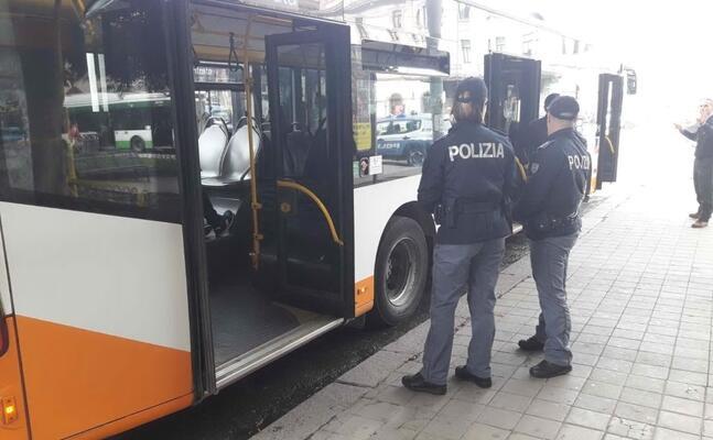 poliziotti vicino a un bus (foto andrea piras)
