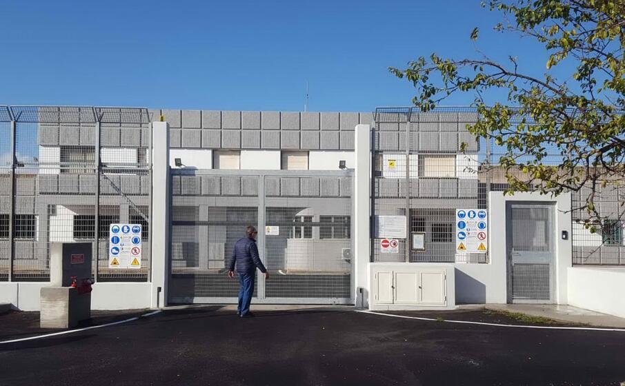 il centro permanenza rimpatri di macomer (archivio l unione sarda)