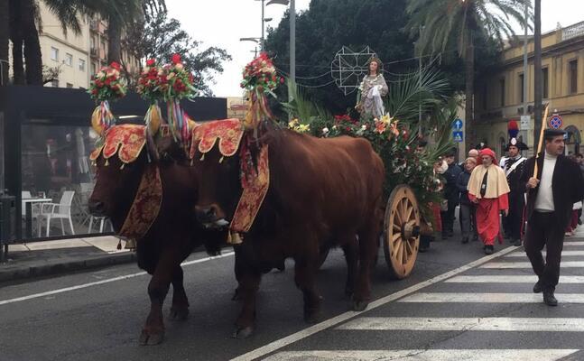 la processione di santa lucia attraversa piazza roma