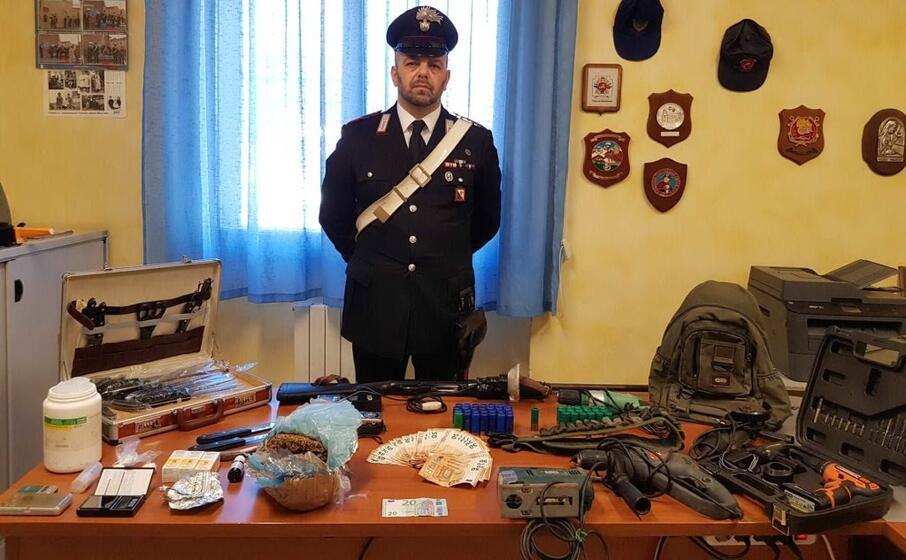 la droga e la refurtiva sequestrata (foto carabinieri di oristano)