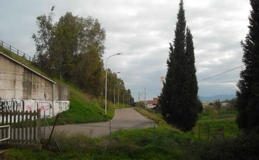 La strada che da Uta porta alla stazione di Villaspeciosa-Uta (foto Nonnis)