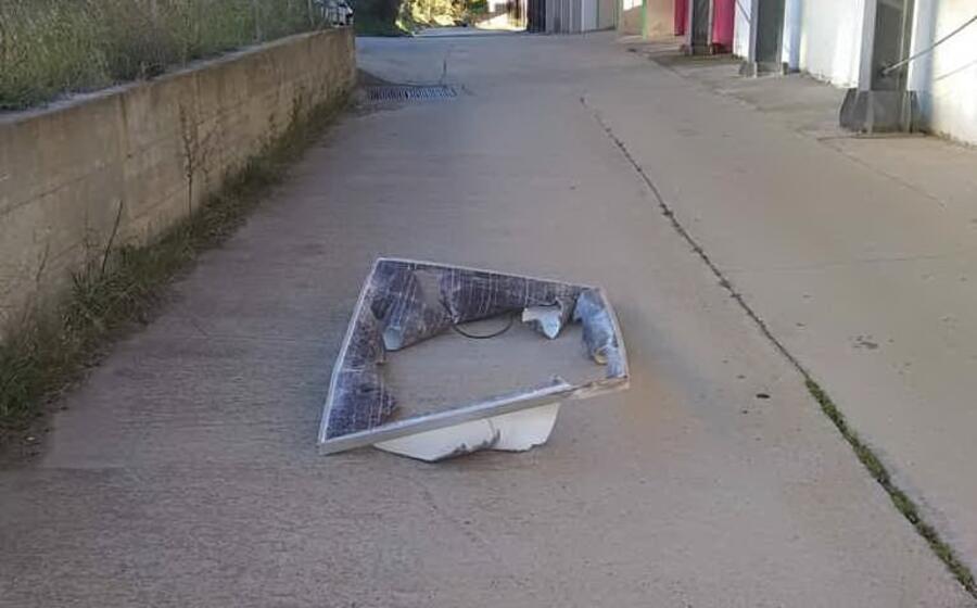 un cartello pubblicitario spazzato via dal vento (foto giovanna falchetto)