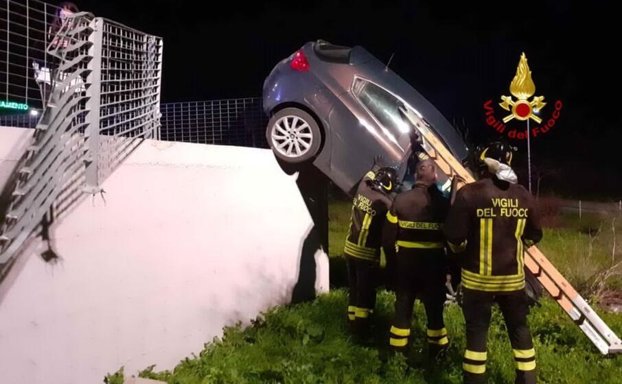 l auto coinvolta nell incidente (foto vigili del fuoco di cagliari)