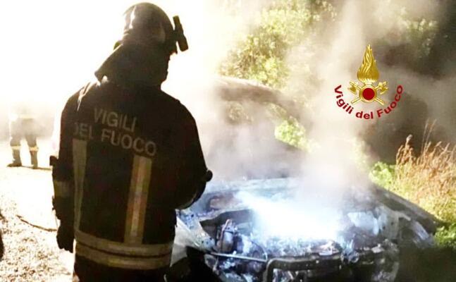 l auto in fiamme (foto vigili del fuoco di cagliari)