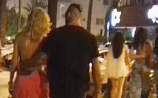 Diletta Leotta e il pugile milanese per le vie di Ibiza (foto Spy)