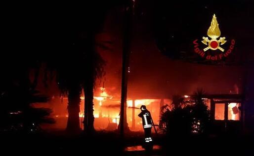 L'incendio (foto Vdf)