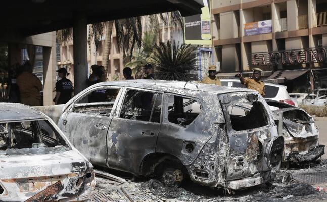 auto bruciate dopo un attacco in burkina faso (archivio l unione sarda)