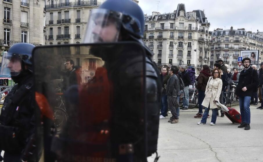 Parigi, la rivolta delle ballerine dell'Opèra: in tutù contro Macron