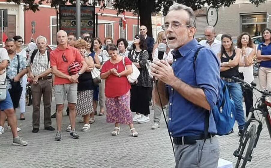 il maestro andrea scano durante la manifestazione in suo sostegno organizzata dai cobas lo scorso settembre a cagliari