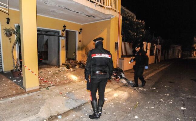 i carabinieri davanti all abitazione dove stato fatto esplodere un ordigno (l unione sarda foto cucca)
