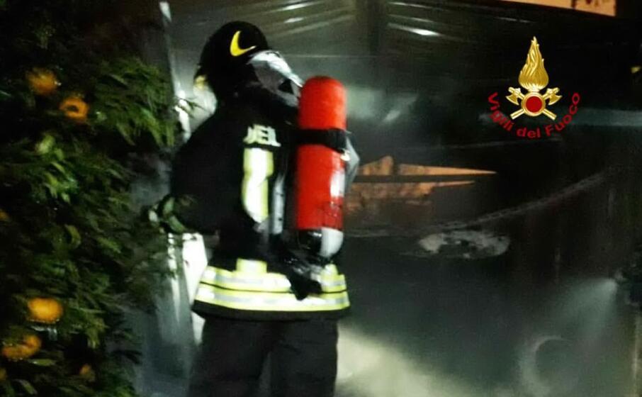 i pompieri al lavoro (foto vigili del fuoco)