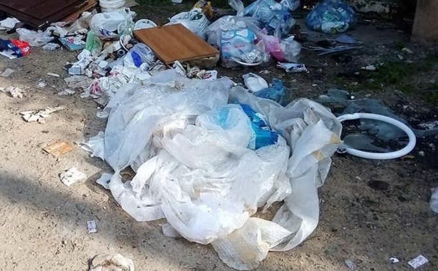 un dettaglio della spazzatura abbandonata (foto di valerio piga)