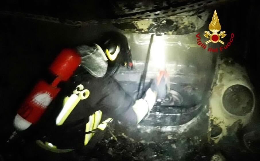 una delle auto incendiate (foto vigili del fuoco)