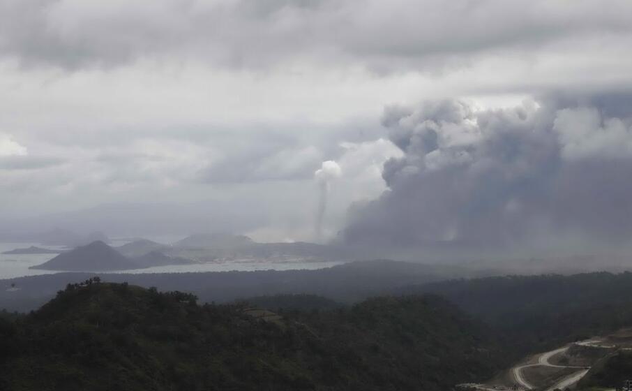 le ceneri gi eruttate dal vulcano si sono spinte fino a 14 chilometri di distanza