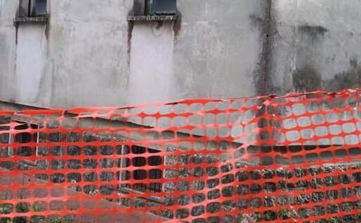 Pericoli nell'ex ospedale (foto Cinzia Simbula)