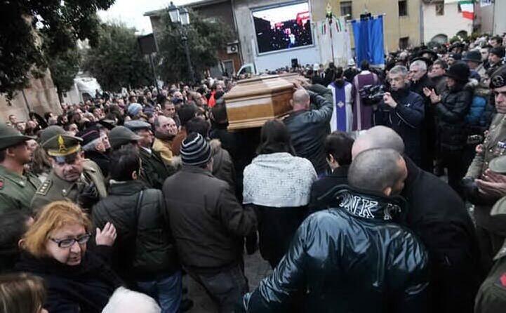 la folla commossa al funerale
