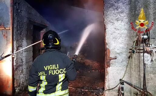 Le fiamme nel fienile (foto Vigili del fuoco)