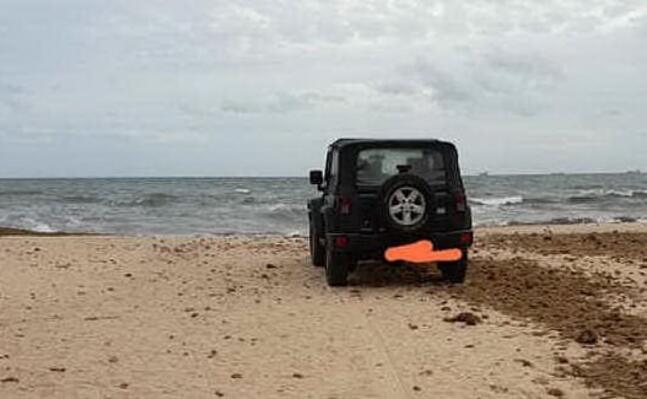 il fuoristrada in spiaggia a maddalena (foto ivan murgana)