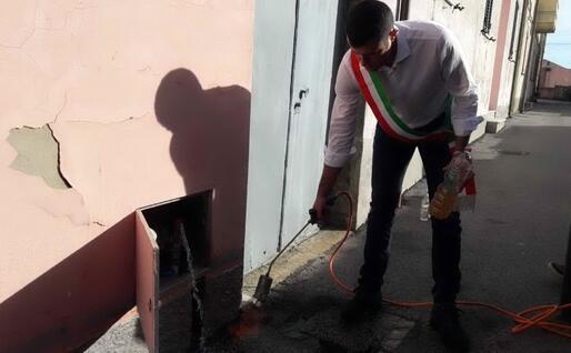 Il sindaco prova a dare fuoco all'acqua (Foto Alessia Orbana)