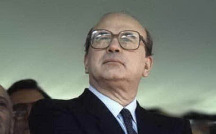 nato a milano nel 1934 inizi a far politica giovanissimo