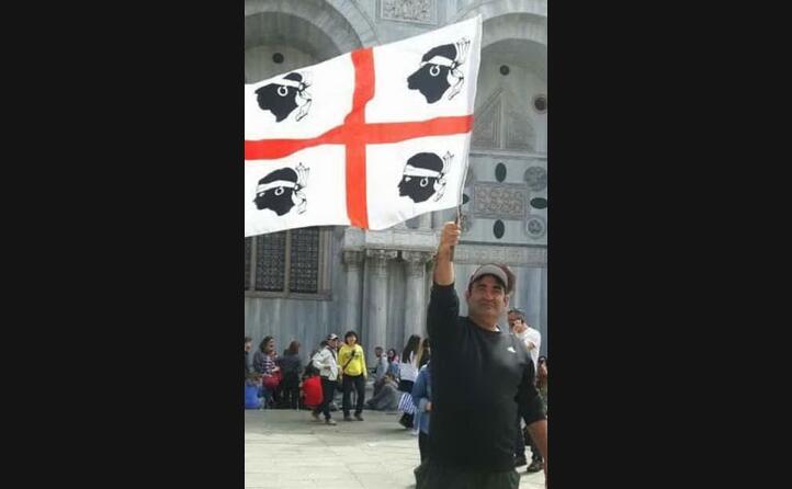 mariano carta da samatzai con la bandiera dei quattro mori a piazza san marco a venezia