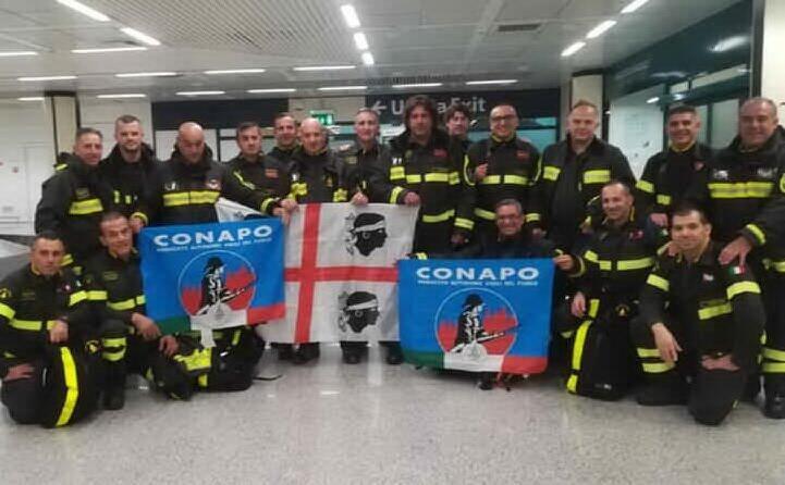 massimo marongiu da monserrato con il gruppo del sindacato autonomo dei vigili del fuoco all aeroporto di fiumicino a roma