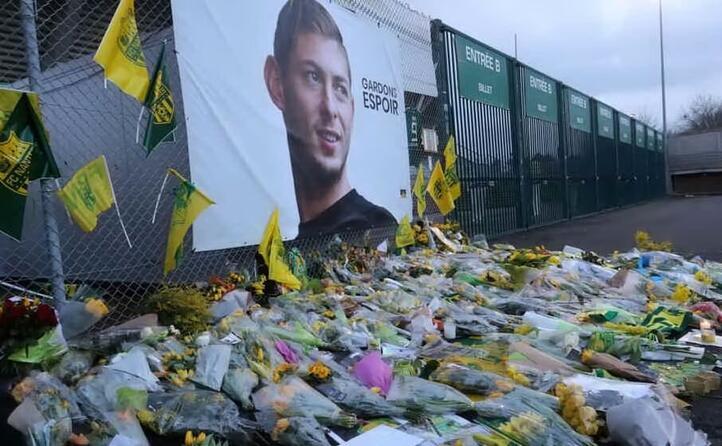 fiori e biglietti in memoria del giocatore
