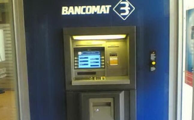 uno sportello bancomat (archivio l unione sarda)