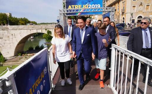 Con Giorgia Meloni e il figlio (Ansa)