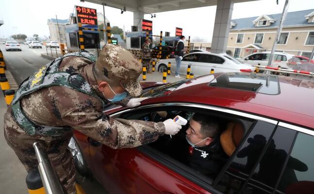militari controllano la temperatura corporea in cina (ansa)