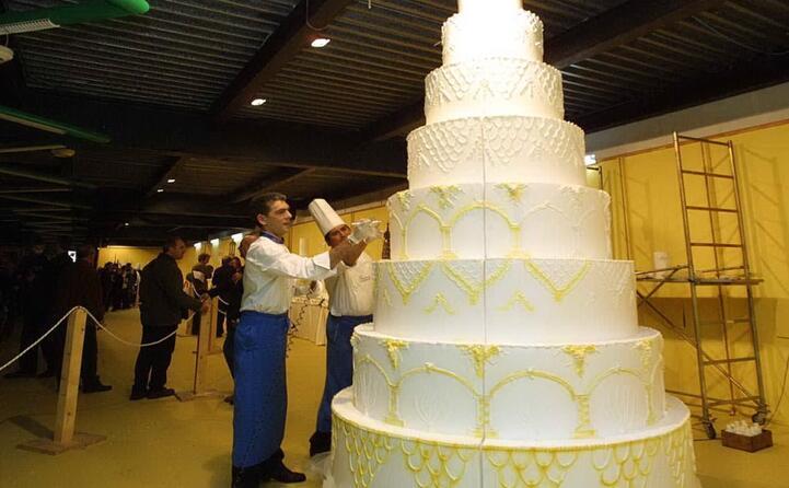 una torta nuziale a piani (archivio l unione sarda messina)
