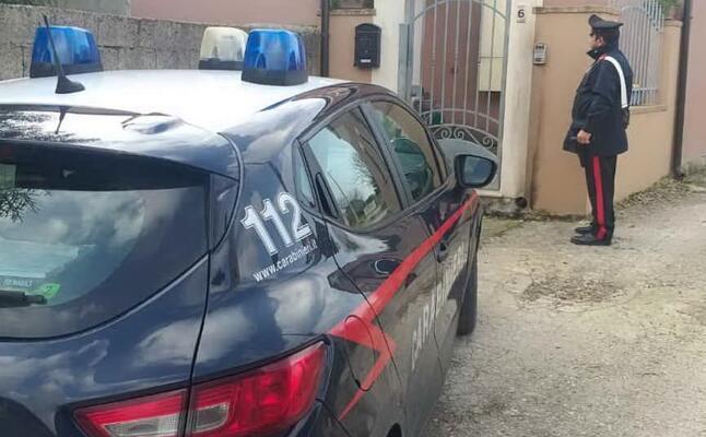 i carabinieri davanti alla casa dove stato bruciato il citofono (foto antonio pintori)