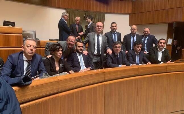 i consiglieri d opposizione occupano i banchi della giunta
