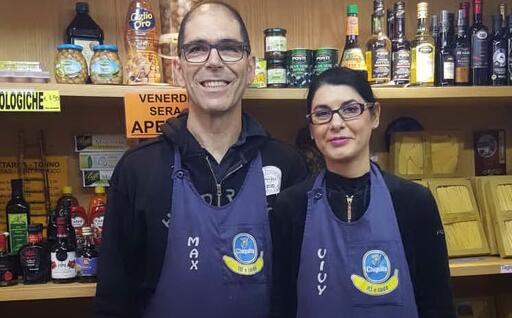 Massimo Sainas e Viviana Melis nella bottega di via Istria (foto F. Lai)