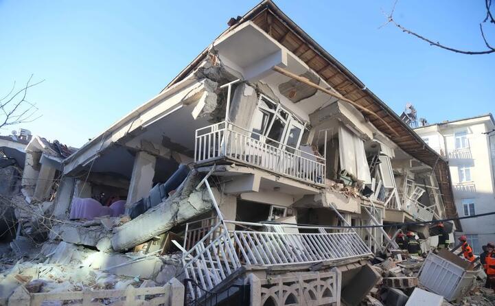 un edificio crollato in turchia a seguito del terremoto)