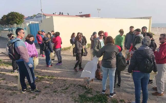 i volontari al poetto (foto giorgia daga)