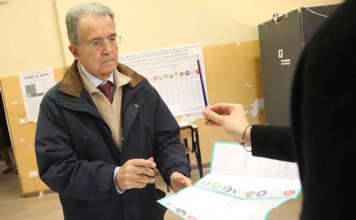 romano prodi vota a bologna (ansa benvenuti)