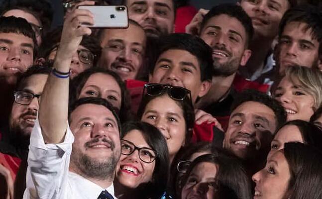 un selfie di salvini (ansa)