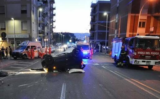 L'auto ribaltata (foto polizia municipale di Cagliari)