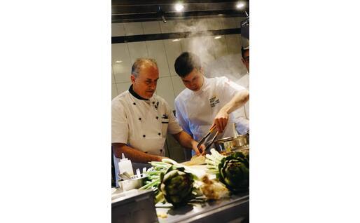Un aspirante chef fa pratica ai fornelli