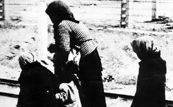 una donna con due bambini ad auschwitz (foto archivio l unione sarda)